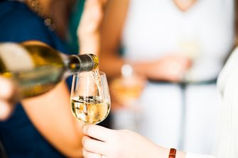 Witte wijn schenken