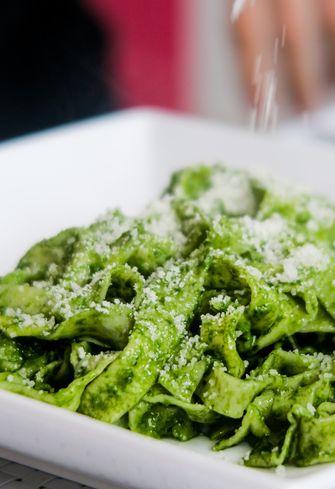 pasta pesto op een bord