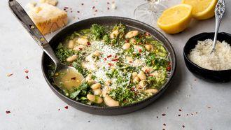 bouillon van Grana Padano met witte bonen en groenten